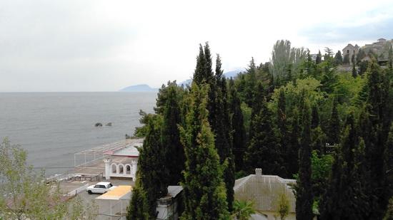 Крым. Отель Атлантик. Вид с террасы на море, пляж и Аю-Даг