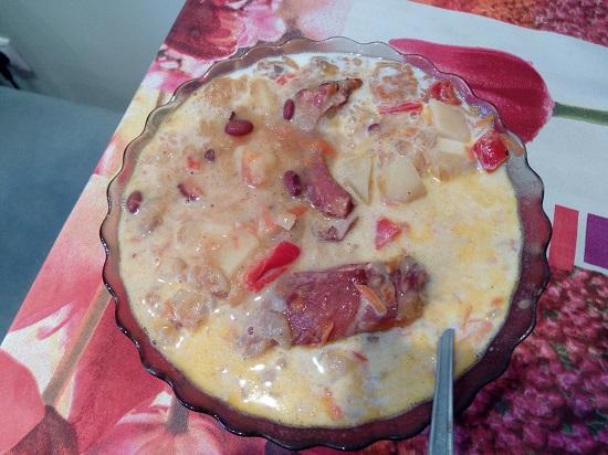 Суп с копчёными свиными рёбрами, горохом и фасолью